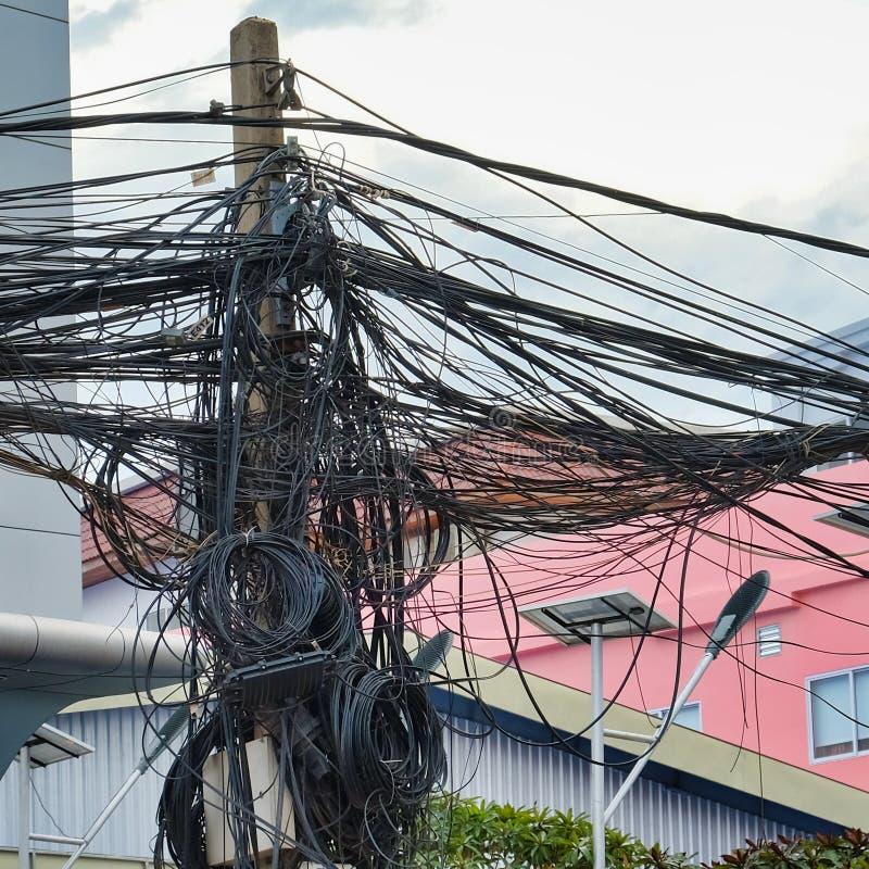 Kręceni druty linie energetyczne, chaos miastowe komunikacje, kablowy plik fotografia royalty free