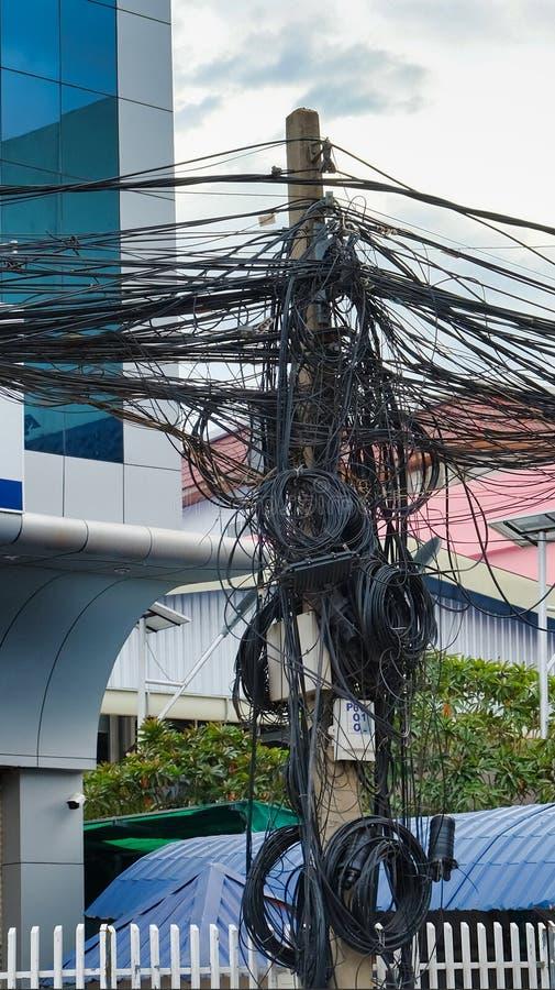 Kręceni druty linie energetyczne, chaos miastowe komunikacje, kablowy plik zdjęcia stock