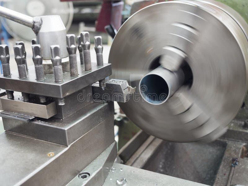 Kręcenie część ręczną tokarską maszyną zdjęcie stock