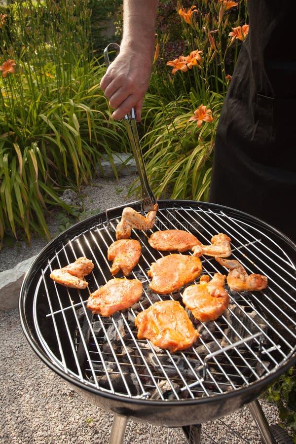 Kręcenie kurczaka stki na grillu i skrzydła piec na grillu zdjęcie royalty free