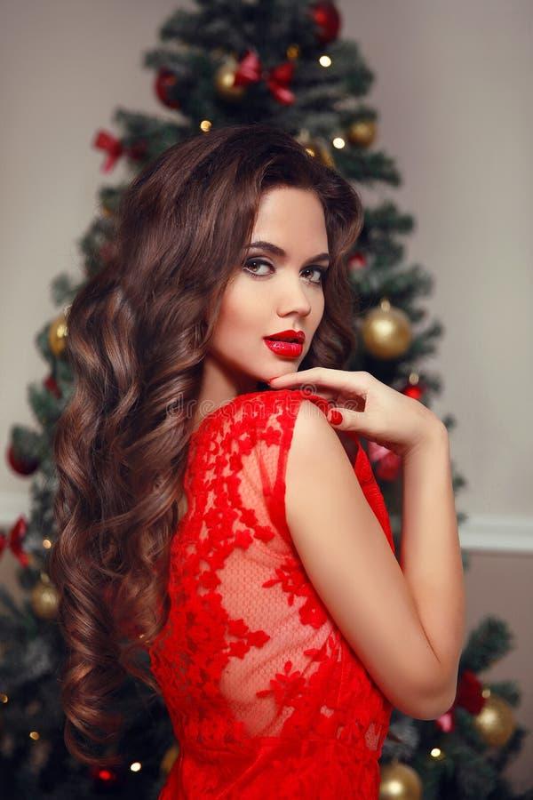 kręcone włosy Młodej pięknej brunetki kobiety uśmiechnięty model makeup obraz stock
