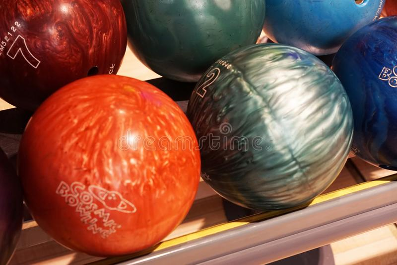 Kręgle piłki są na szelfowej grą zdjęcie stock