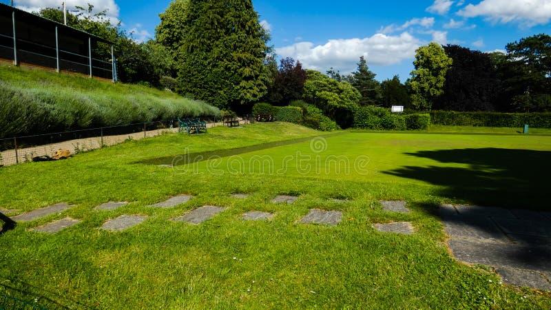 Kręgle zieleni ławki na letnim dniu w Anglia 3 fotografia royalty free