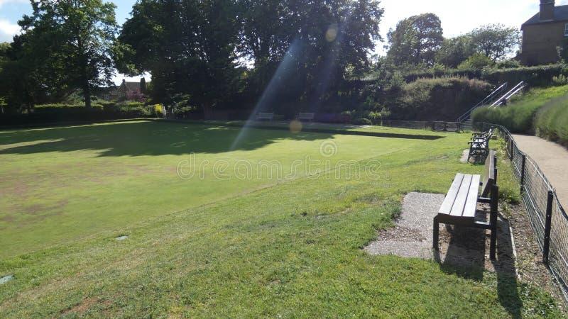 Kręgle zieleni ławki na letnim dniu w Anglia 4 zdjęcie stock