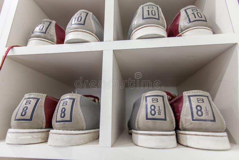 Kręgli buty na półce obraz stock