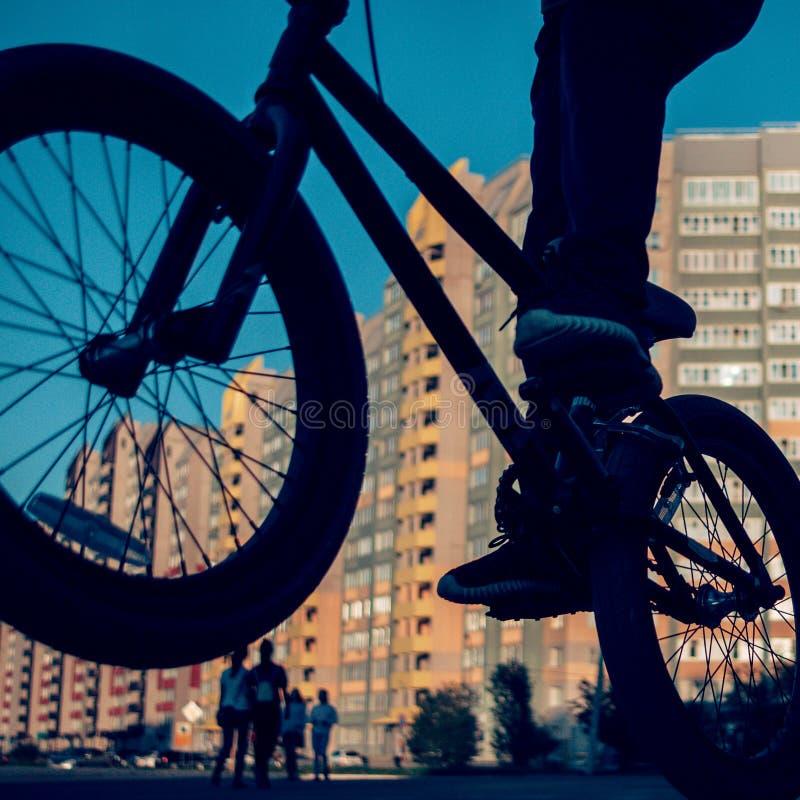 Krańcowa BMX stylu wolnego jazda Zamazany zmierzchu pejzaż miejski, Passersby obraz stock