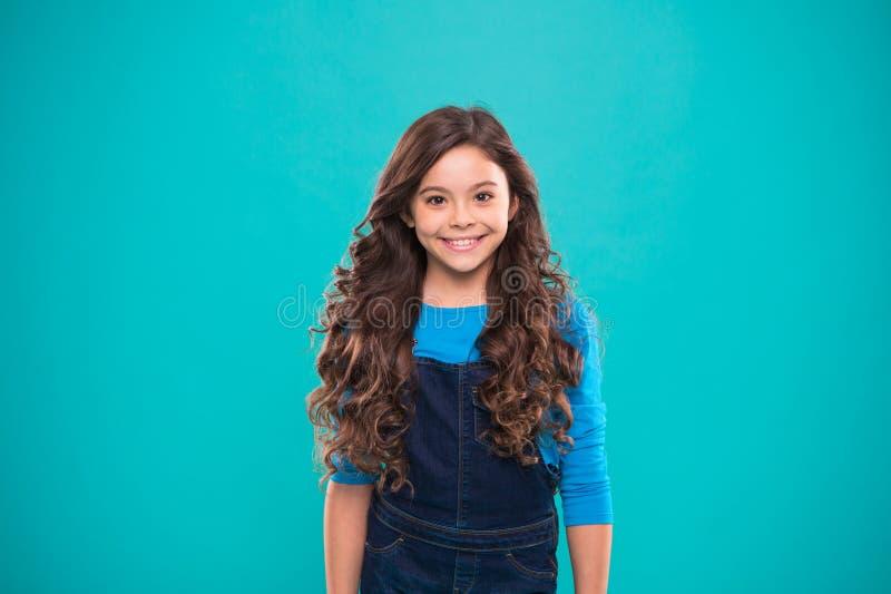 Krańcowa włosiana pojemność Dzieciak dziewczyny długi zdrowy błyszczący włosy Żartuje szczęśliwą śliczną twarz z uroczym kędzierz zdjęcia stock