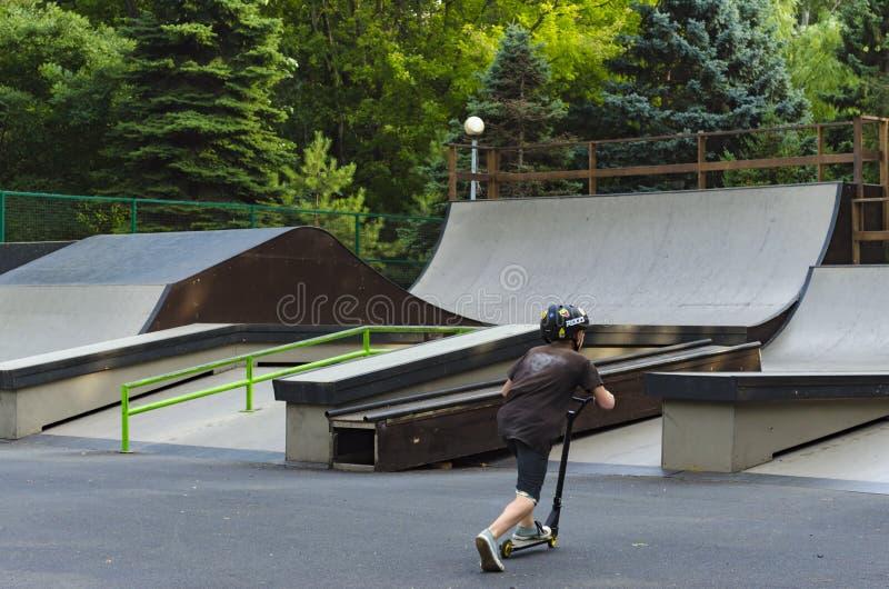 Krańcowy BMX jeździec w hełma skoku w skatepark na rywalizaci Sporta kopnięcia łyżwy pojęcie dla billboardu zdjęcie royalty free
