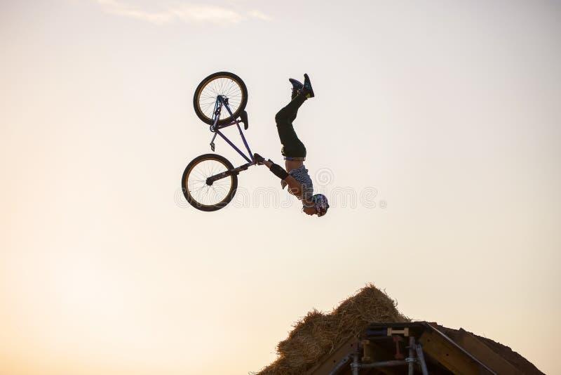 Krańcowy jeździec spada skakać podczas gdy robić rowerowi zdjęcie stock