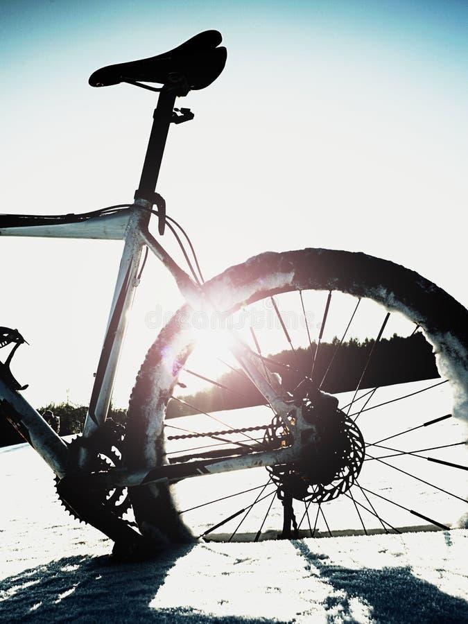 Krańcowy kontrasta roweru górskiego pobyt w prochowym śniegu Przegrana ścieżka w głębokim snowdrift zdjęcia stock