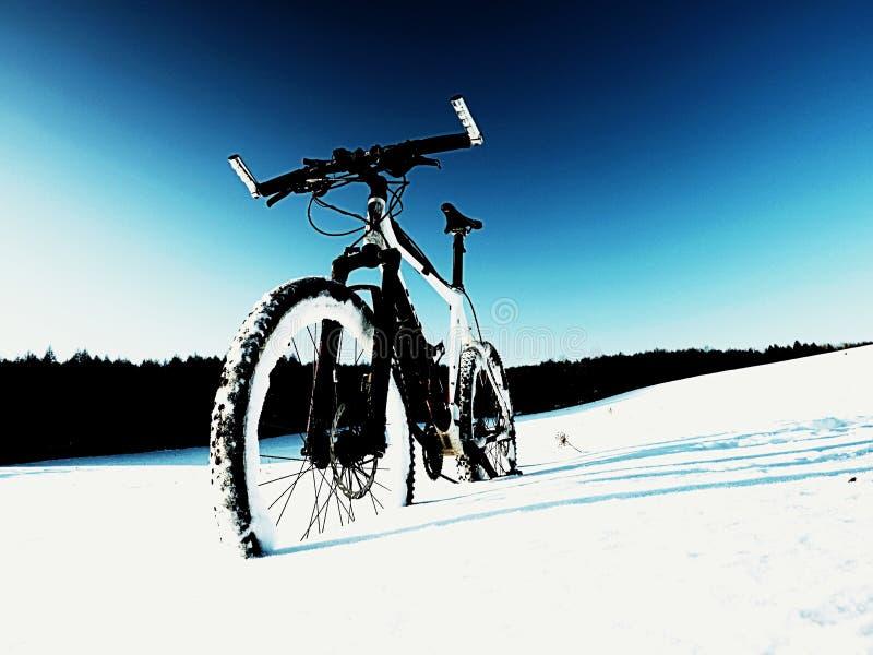Krańcowy kontrasta roweru górskiego pobyt w prochowym śniegu Przegrana ścieżka w głębokim snowdrift fotografia stock