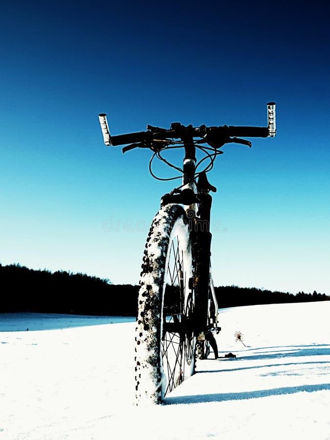 Krańcowy kontrasta roweru górskiego pobyt w prochowym śniegu Przegrana ścieżka w głębokim snowdrift zdjęcie royalty free