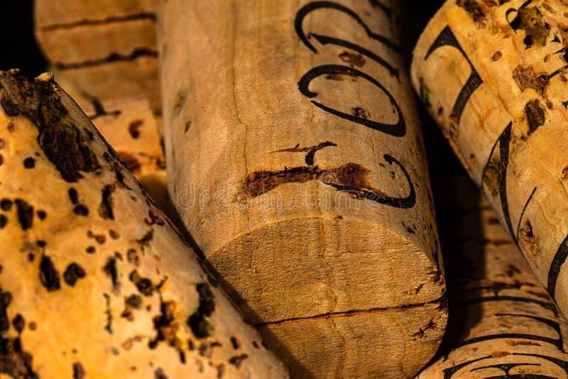 Krańcowy Makro- korki w wiadrze w wino lochu fotografia stock