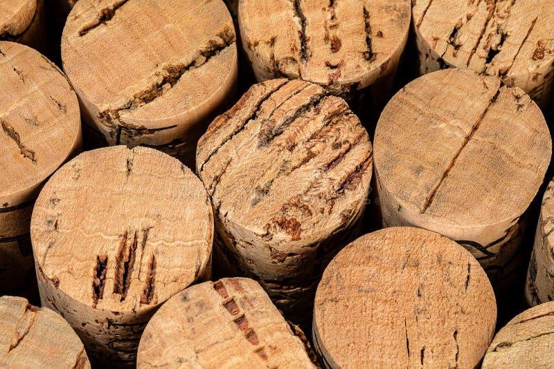 Krańcowy Makro- Korkowe końcówki w wiadrze w wino lochu zdjęcia stock