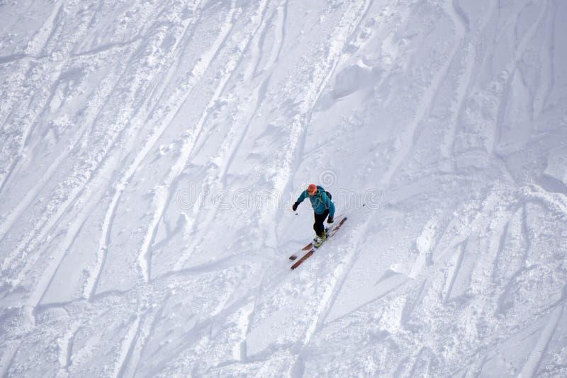 Krańcowy narciarski freeride, ślada na skłonie zdjęcia royalty free