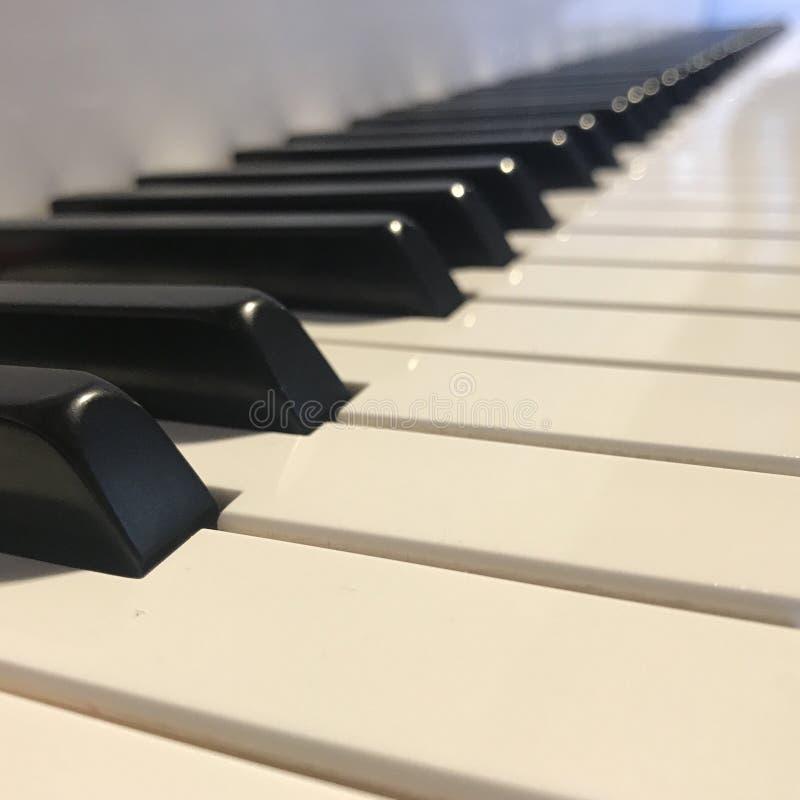 Krańcowy zakończenie fortepianowi klawiaturowi klucze obraz stock