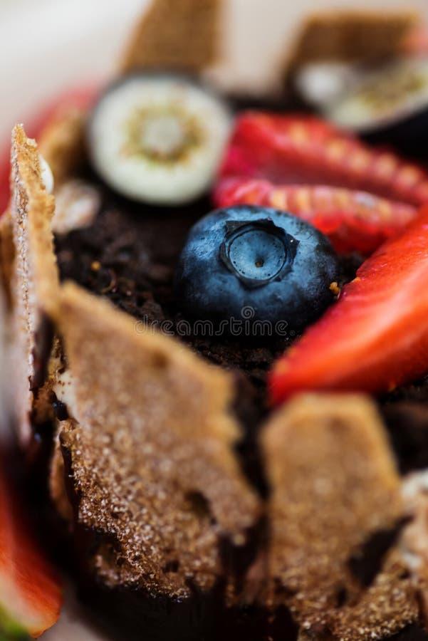 Krańcowy zbliżenie deser z śmietanką, czekoladą i jagodami tonka, zdjęcie royalty free