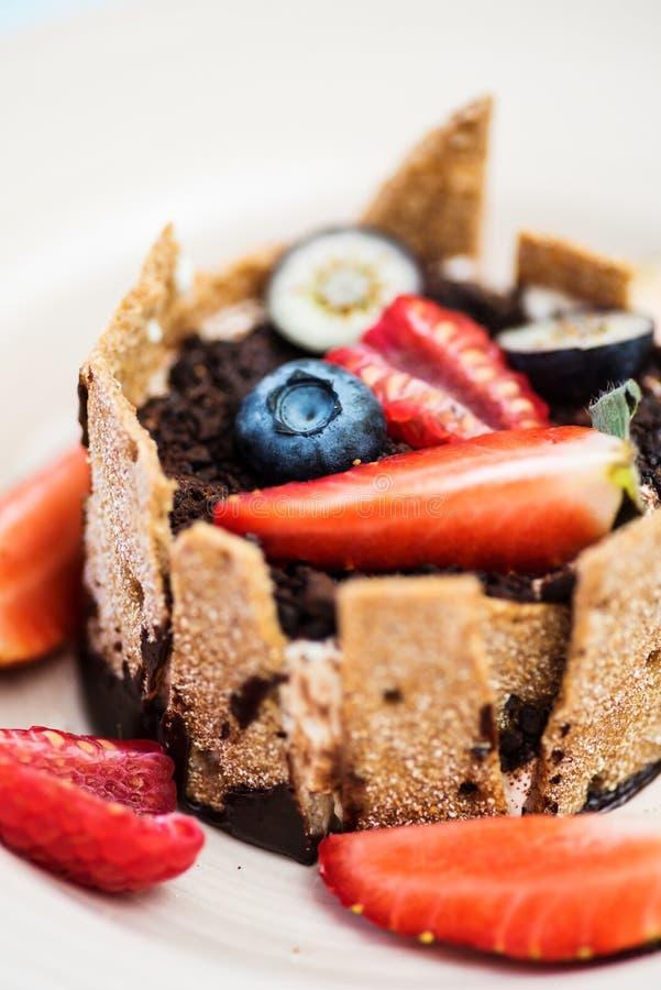 Krańcowy zbliżenie deser z śmietanką, czekoladą i jagodami tonka, obrazy royalty free