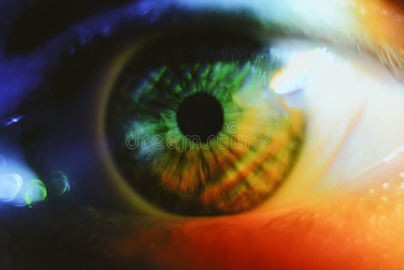 Krańcowy zbliżenie strzał piękny ludzki oko z lekkim jaśnieniem na nim zdjęcie stock