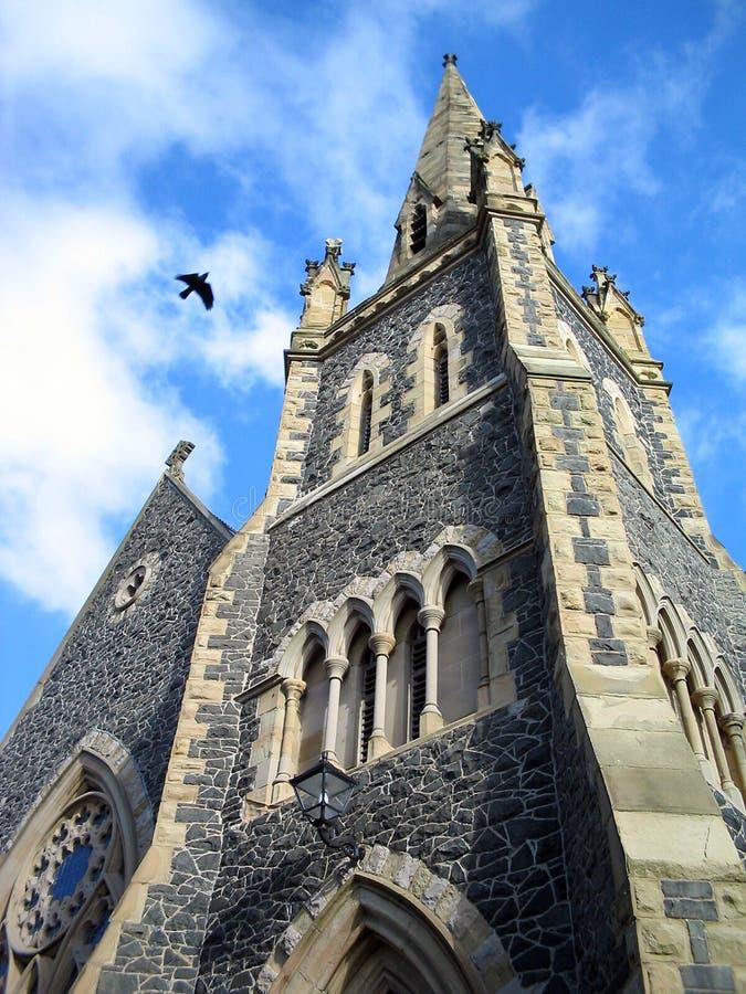 Download Kraai die over kerk vliegt stock afbeelding. Afbeelding bestaande uit katholiek - 35439