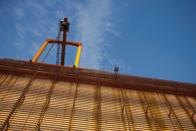 Kraan bij de industriële bouw royalty-vrije stock fotografie