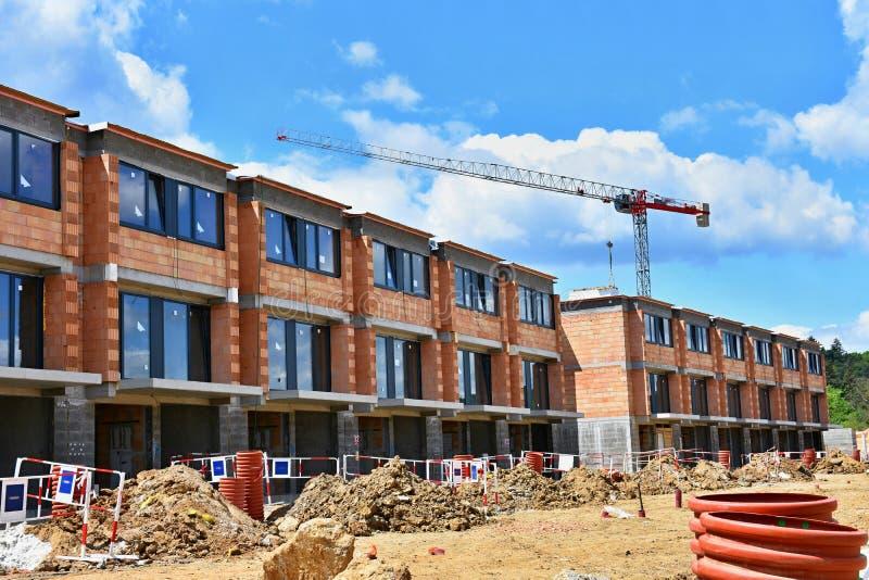 Kraan en bouw van nieuwe gebouwen Mooie achtergrond voor de bouwnijverheid Nieuw huis royalty-vrije stock foto