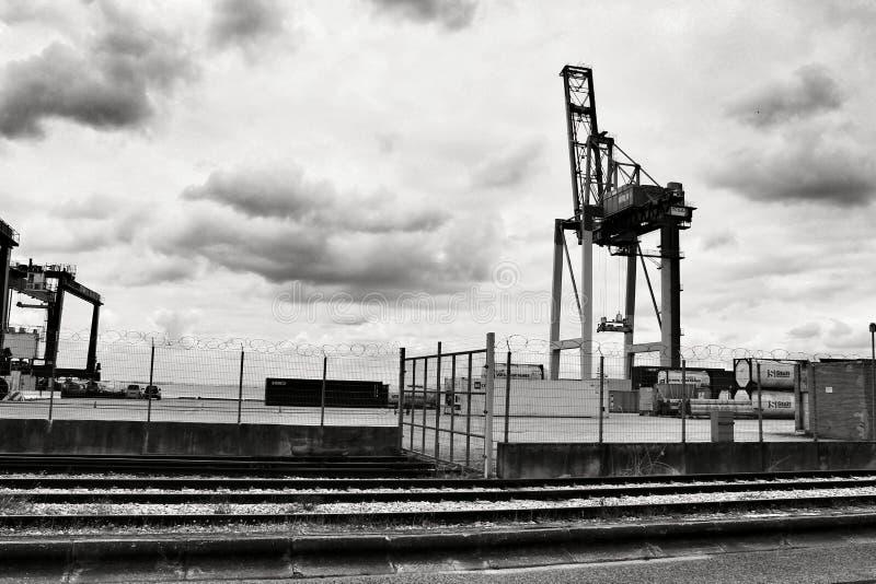 Kraan en containers op het dok in de haven van Lissabon royalty-vrije stock foto