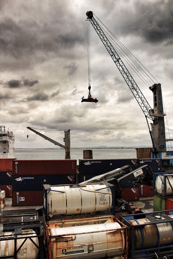 Kraan en containers op het dok in de haven van Lissabon stock afbeelding