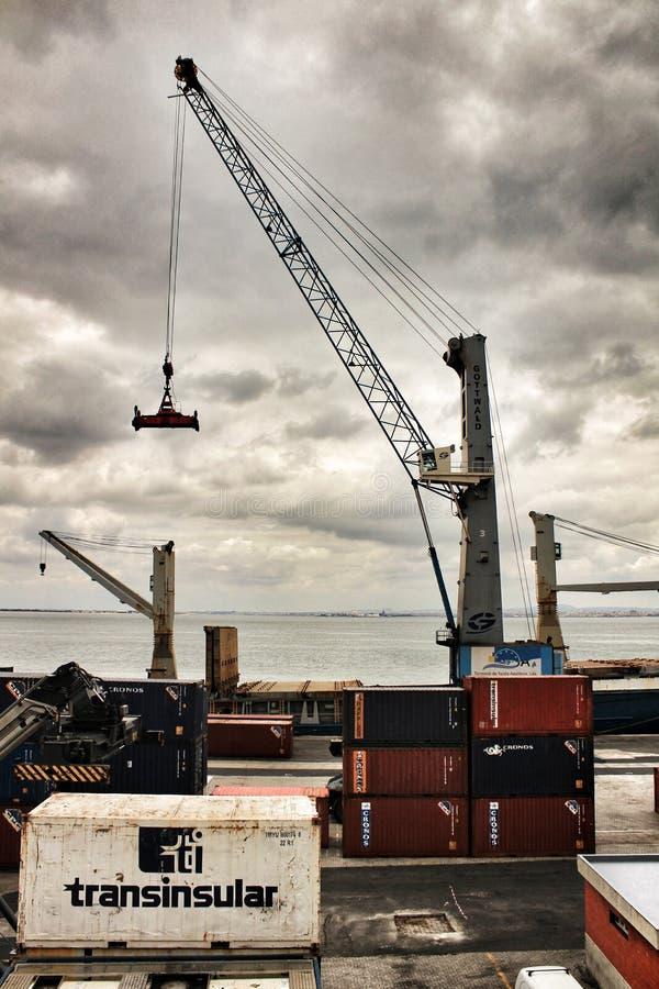 Kraan en containers op het dok in de haven van Lissabon stock fotografie