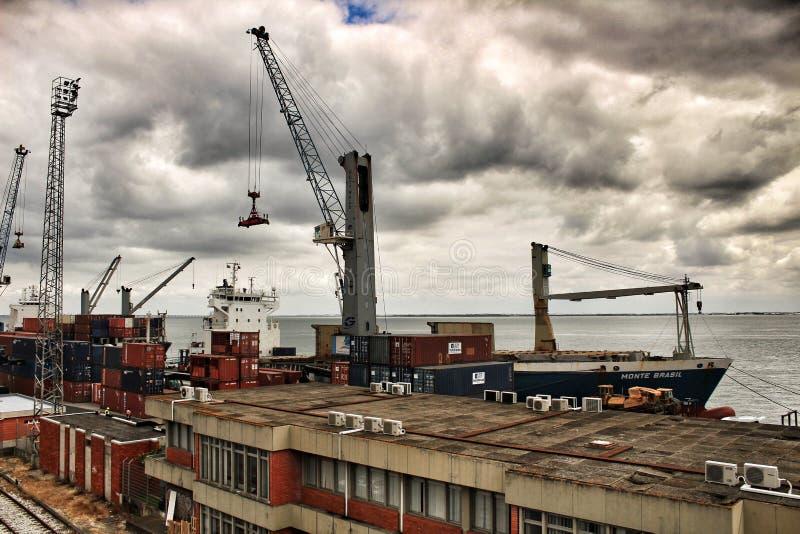 Kraan en containers op het dok in de haven van Lissabon stock foto