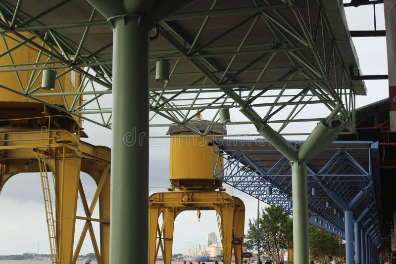Kraan en dakstructuren bij de rivierhaven van Estação das Docas stock foto's