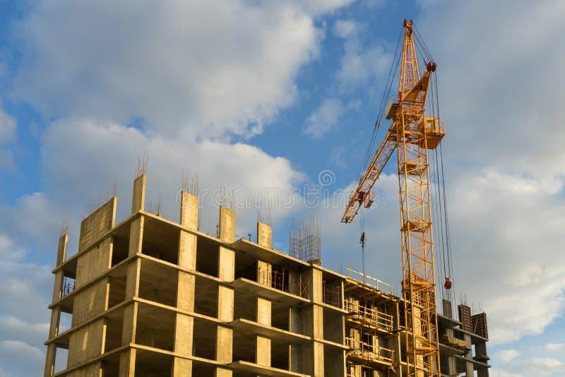 Kraan en de bouw in aanbouw tegen een bewolkte hemel royalty-vrije stock afbeeldingen