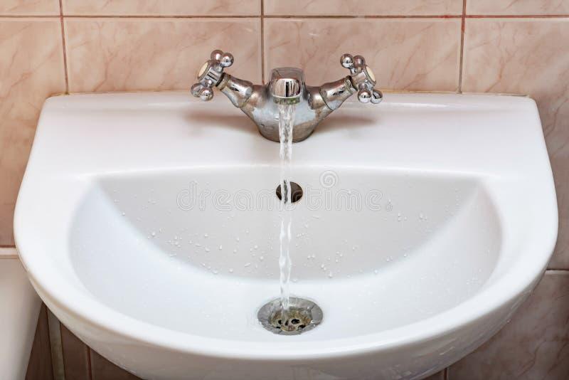 Kraan met Water die sterk stromen royalty-vrije stock foto