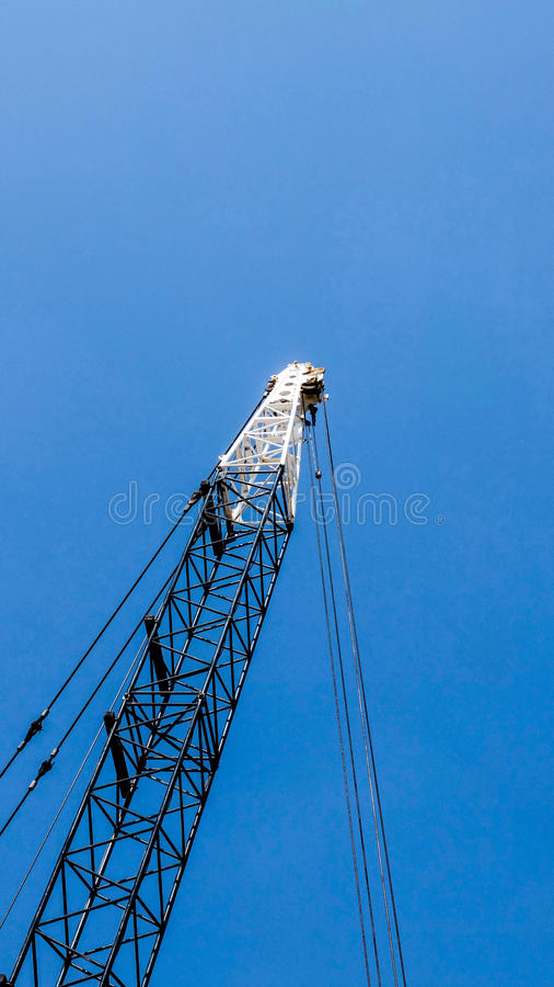 Kraan op blauwe hemel stock foto