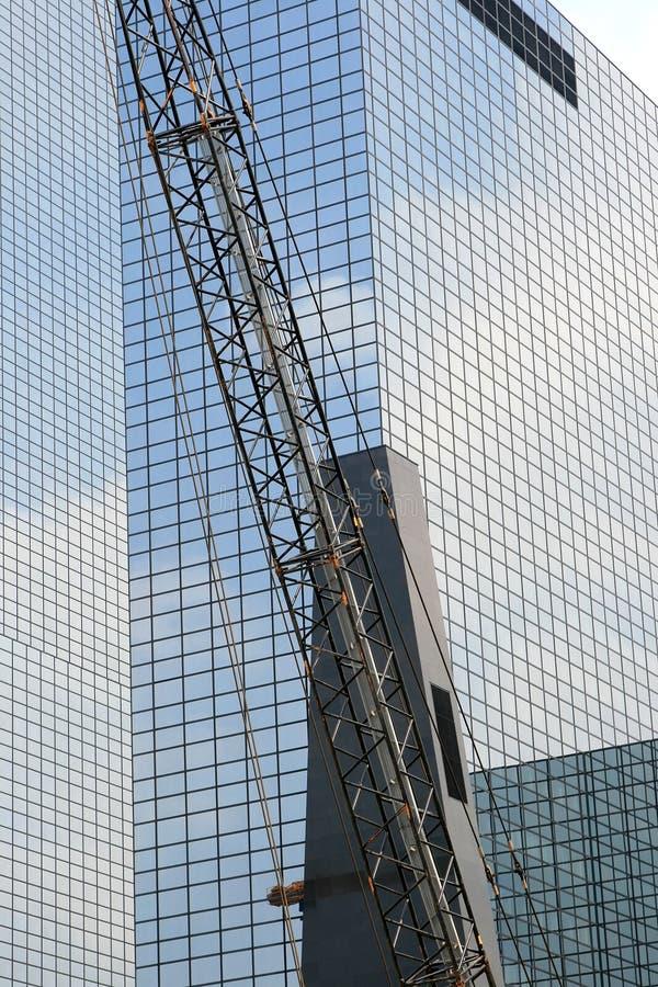 Kraan voor Nederlandse moderne blauwe glasmuur, Rotterdam royalty-vrije stock foto's