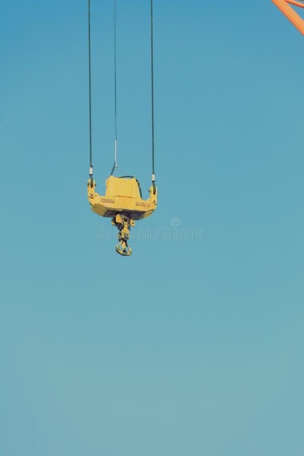 Kraanhaak bij havengebied en blauwe hemel royalty-vrije stock fotografie