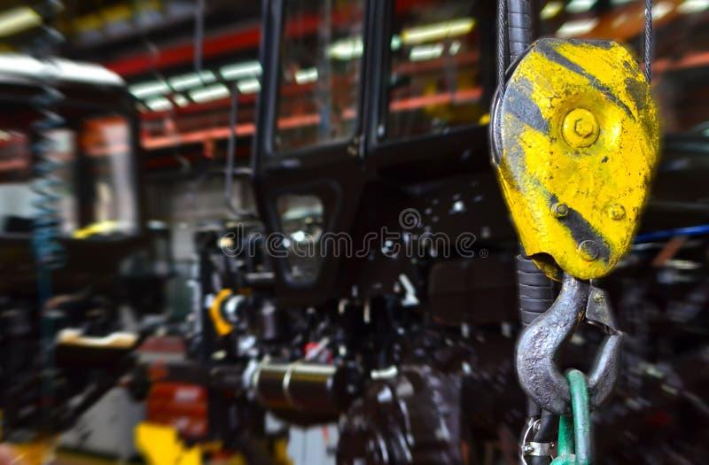 Kraanhaak van de luchtkraan in de workshop van een bedrijf voor de productie van tractoren royalty-vrije stock afbeeldingen