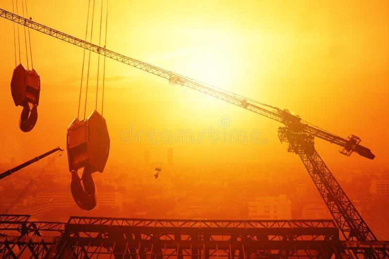 Kraanhijstoestel de zonsondergang van de de bouwstad royalty-vrije stock fotografie