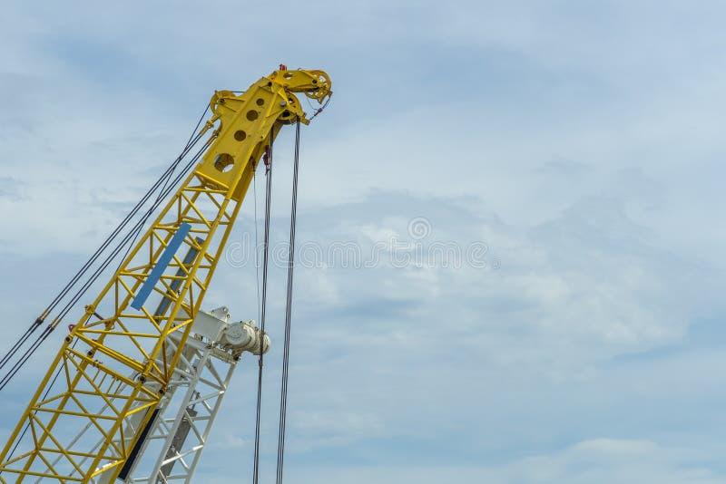 Kraanlift geel op blauwe hemelachtergrond stock afbeeldingen