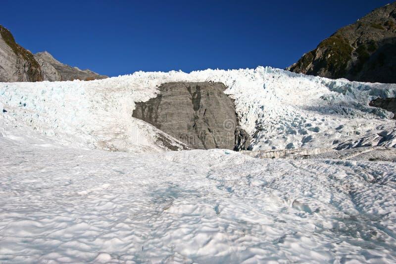 Krabb plan is framme av ojämn glaciäris på berget arkivfoton