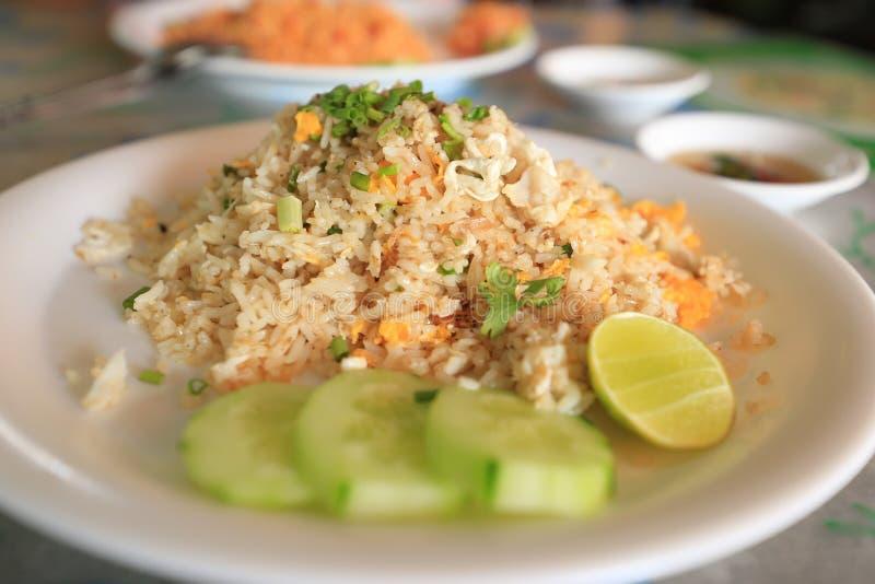 Krabba Fried Rice på den vita maträtten royaltyfri foto