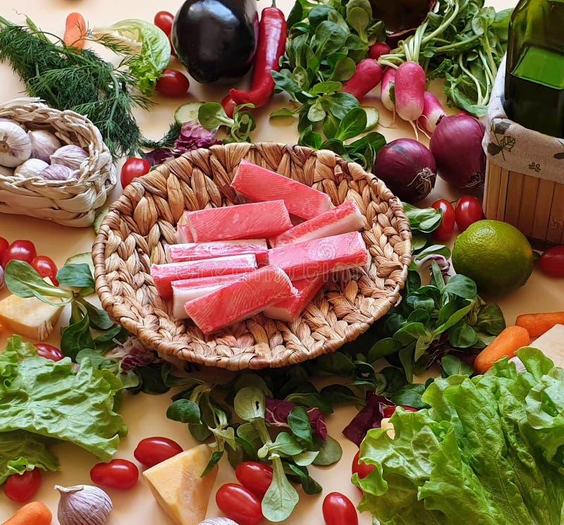 Krabban klibbar grönsaker, och frukter sorterade röd paprika som gröna olivgröna för salladlök för söt peppar morötter för gurka  arkivfoton