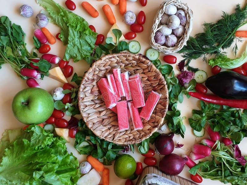 Krabban klibbar grönsaker, och frukter sorterade röd paprika som gröna olivgröna för salladlök för söt peppar morötter för gurka  arkivfoto