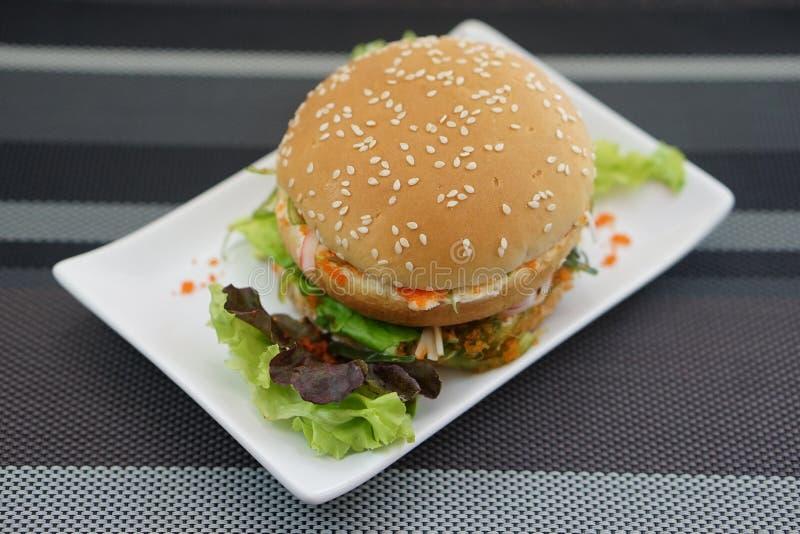 Krabbe und Alga Burger stockfotos