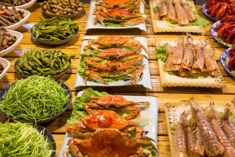 Krabben en diverse soorten zeevruchten in voedselmarkt stock foto's