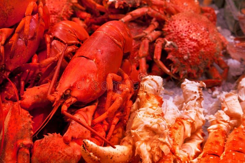 Krabben en zeekreeften op ijs. stock fotografie