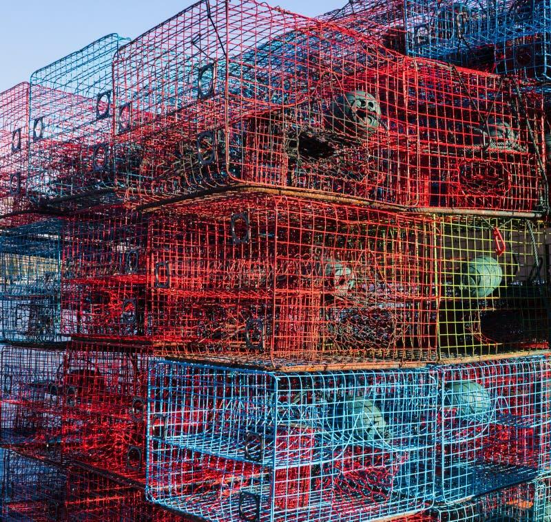 Krabbenfallen auf einem Krabbenboot lizenzfreie stockbilder