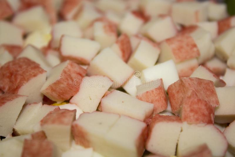Krabbenstöcke im Salat lizenzfreies stockbild