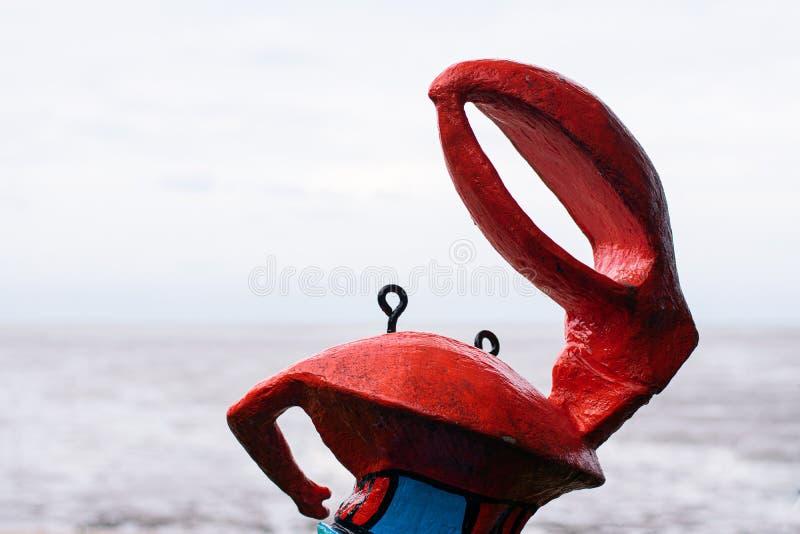 Krabbenstatue auf Strand lizenzfreie stockfotografie