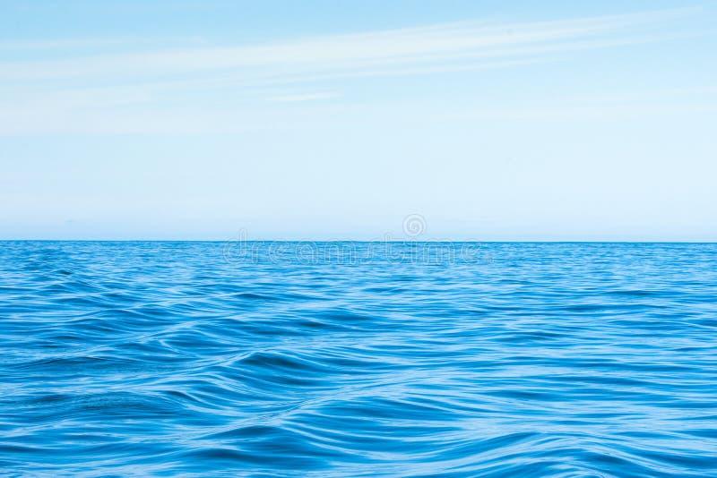Krabbt blått hav med blå himmel royaltyfria bilder